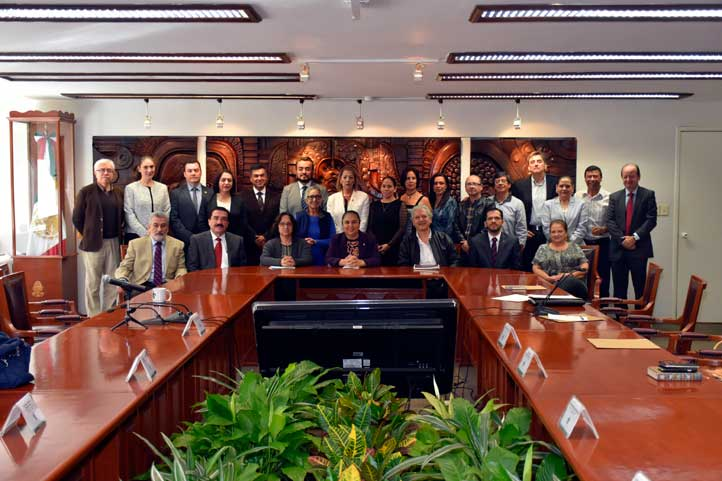 Funcionarios universitarios y autoridades municipales electas