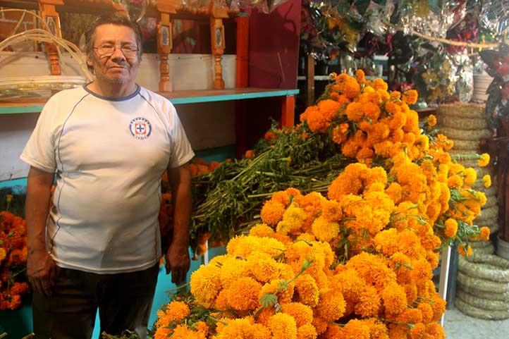 Adrián Sánchez vende cempasúchil en el Mercado Jáuregui