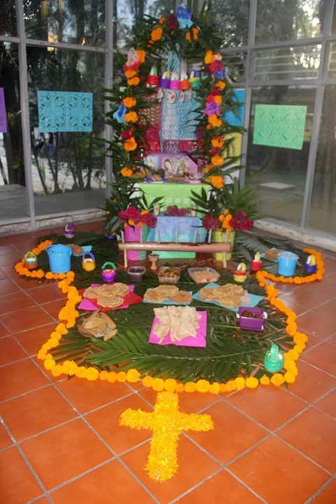 Altar dedicado a estudiantes de Antropología