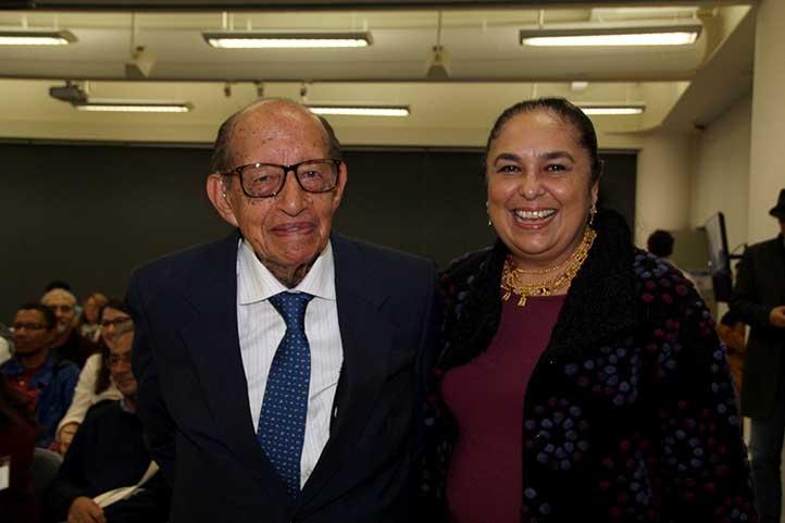Milton Thiago, padre de la disciplina en Latinoamérica, con la Rectora