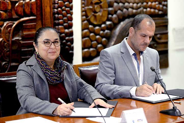 Sara Ladrón de Guevara y Raúl Martínez firmaron los convenios