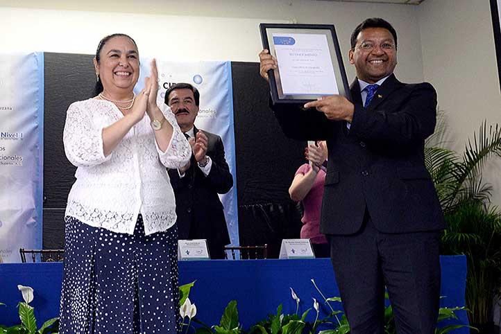 La Rectora y el Director de Economía recibieron el reconocimiento