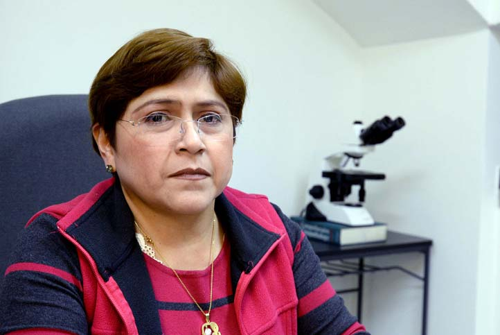 María del Carmen Herrera Hernández, del Departamento de Patología