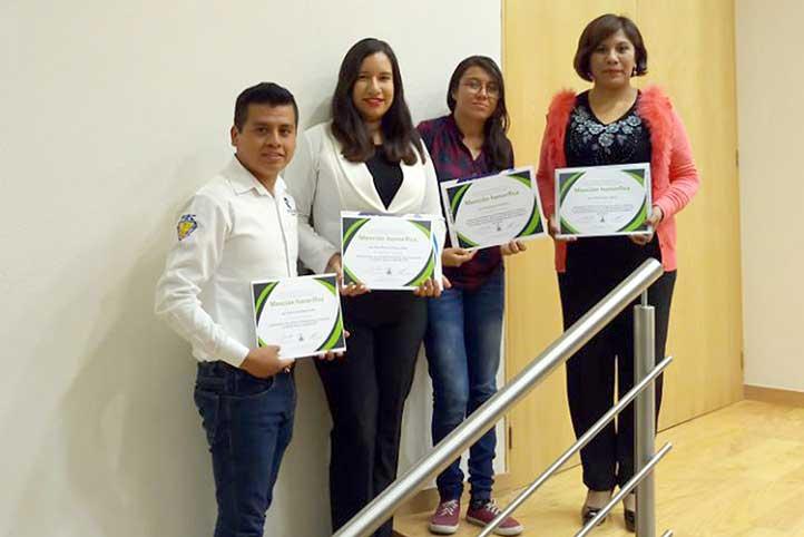Los jóvenes con la académica Xóchitl Siordia Vásquez